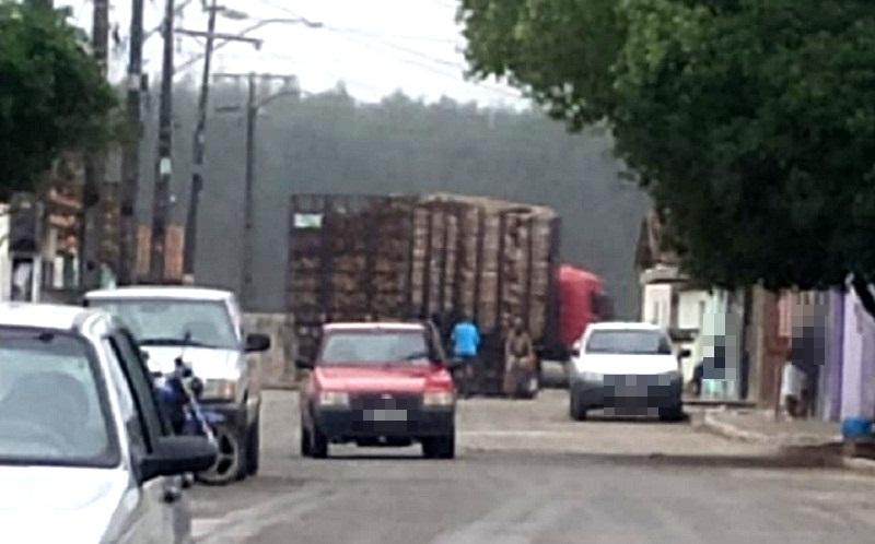 Carreta carregada de eucalipto é retirada e estrada do Duque de Caxias é desobstruída