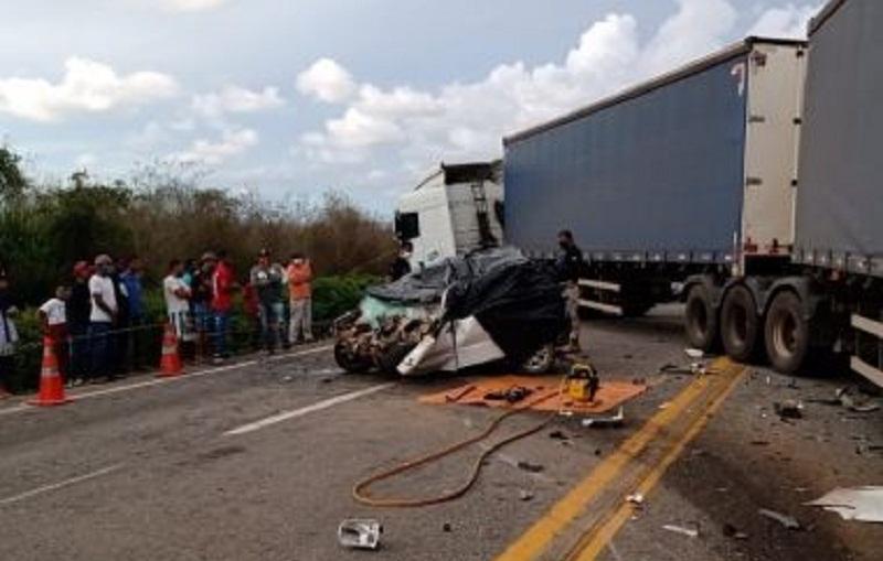 Acidente entre carro de passeio e carreta deixa quatro mortos